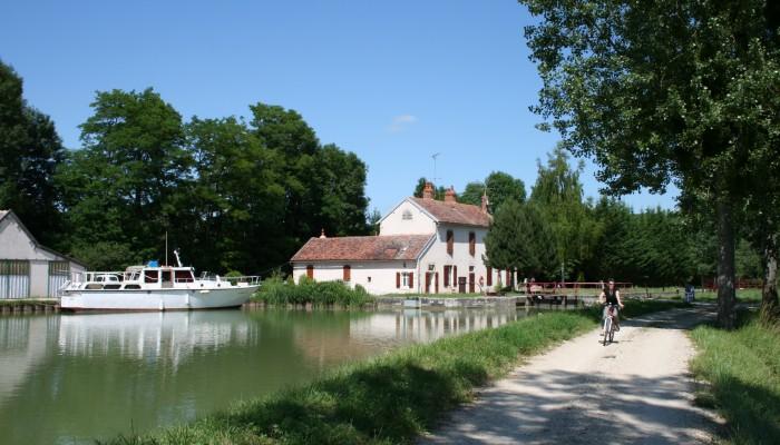 pays-alesia-seine-auxois-canal-bourgogne-chemin-bateau-ecluse
