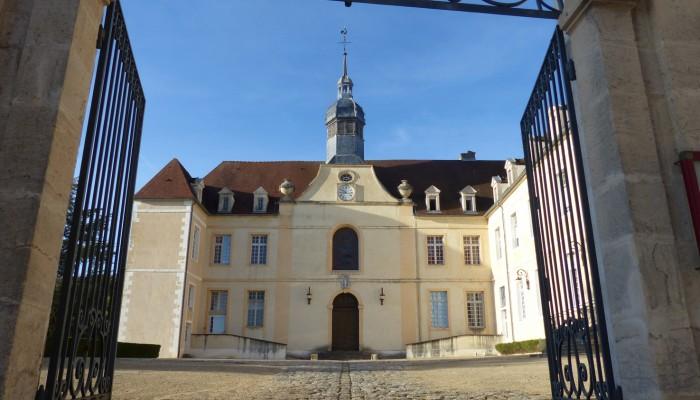 pays-alesia-seine-auxois-Abbaye-de-Flavigny-Fabrique-dAnis-cour-de-hopital