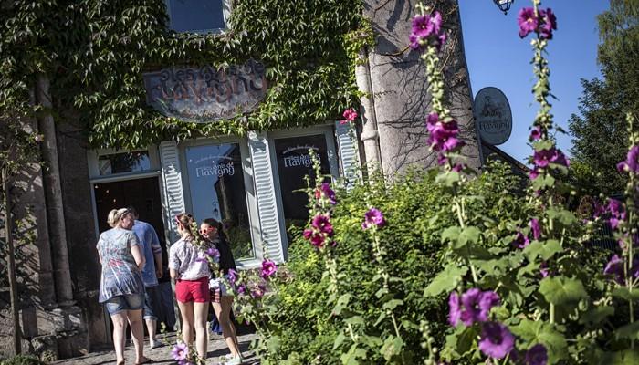 pays-alesia-seine-auxois-Abbaye-de-Flavigny-Fabrique-dAnis-Eglise-façade-magasin